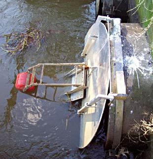 Figure 1. Automatic tidal floodgates consist of a mini-floodgate within a normal flapgate. The floating arm closes the mini-floodgate as the tide rises, controlling drain water levels and preventing overtopping (Photo: Frederieke Kroon)